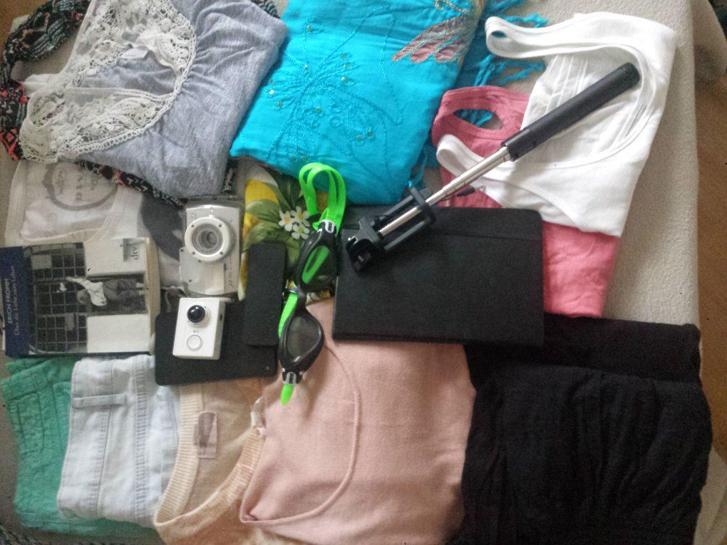 T-shirts, Leggings, Kleider und Unterwasser-Kamera und Selfistick für die Reise nach Südostasien