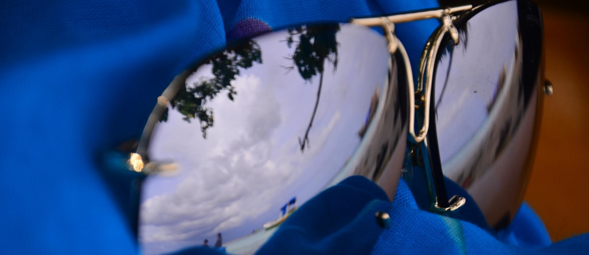 Sonnenbrille mit Reflexion vom Strand
