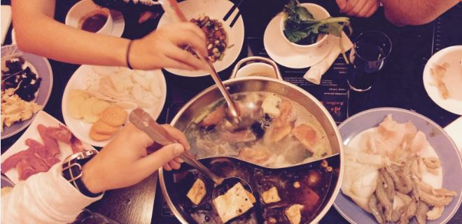 Chinesiches Feuertopf mit Fleisch und Gemüse essen
